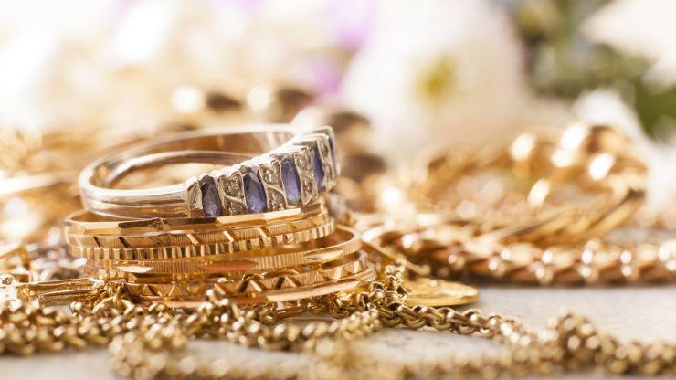 Porter ses bijoux en or en été, quels risques ?